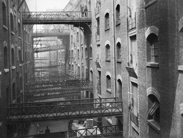 BUTLER'S WHARF, Shad Thames, London. View of the gantries c. 1910. Unknown photographer