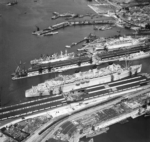 hmt queen mary at southampton afl03_aerofilms_a1370