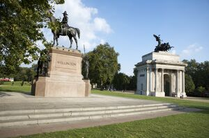 Statue of the Duke of Wellington and the Wellington Arch N080827