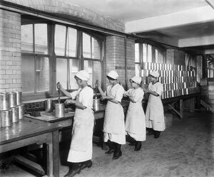 WW1. Making Christmas puddings BL24361_007