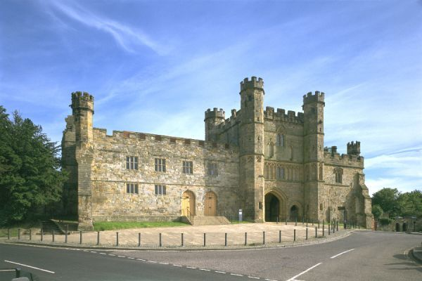 BATTLE ABBEY, East Sussex. View of the gatehouse and court house from the town