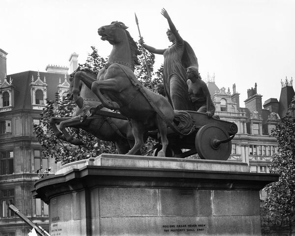 Victoria Embankment, London. Boudicca (Boadicea) and her daughters riding in a chariot. 1850s bronze sculpture by Thomas Thornycroft. List entry Number: 1237737. Photographed by J J Samuels Limited (1900-1930)