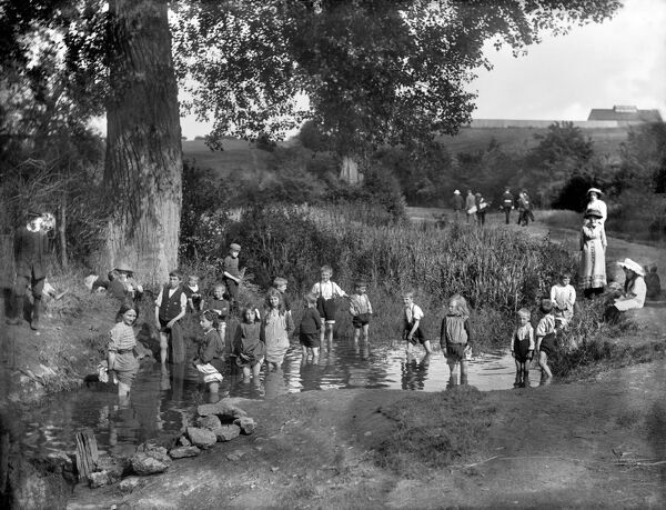 BARRACKS LANE, Cowley, Oxford, Oxfordshire. Children playing in the sheep-washing pool on a hot summer's day. Photographed by Henry Taunt in 1914