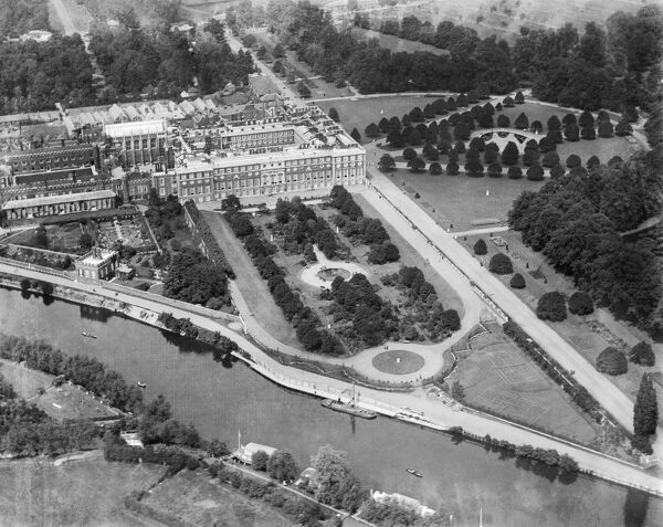 HAMPTON COURT, Richmond-upon-Thames, London. Aerial view of Hampton Court Palace, the gardens and the River Thames. Photographed in 1920. Aerofilms Collection (see Links)