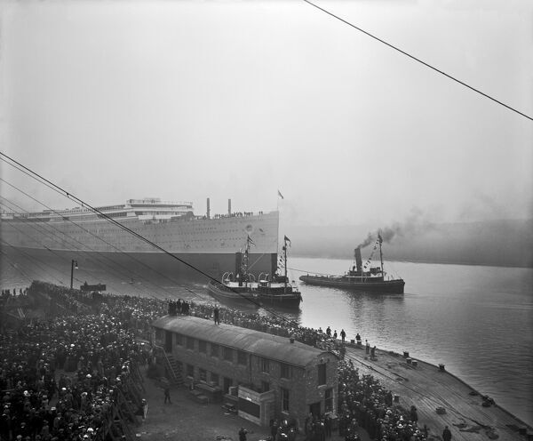 The launch of the RMS Aquitania BL22100_027