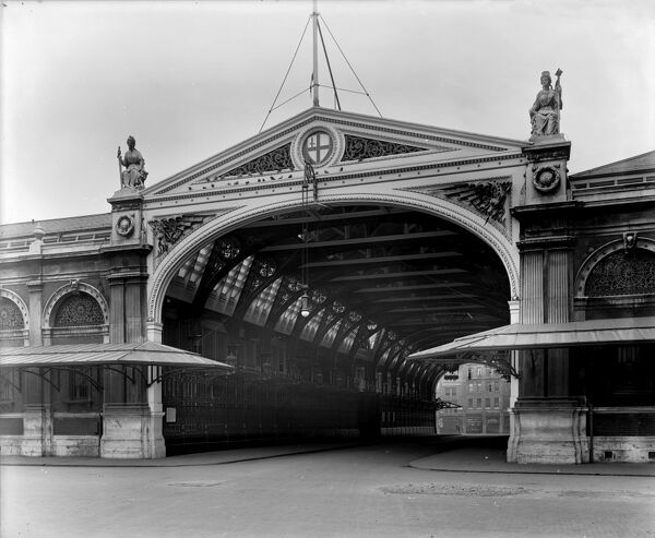 SMITHFIELD MARKET, London. A 1921 view of the grand entrance archway to Sir Horace Jones's Smithfield Meat Market which opened in 1868