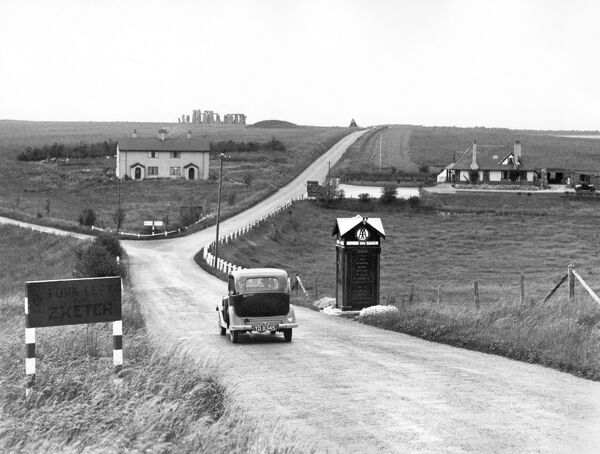 STONEHENGE, Amesbury, Wiltshire. A car drives past an AA box towards Stonehenge. Photograph 1930, from the Ministry of Works Blue Album