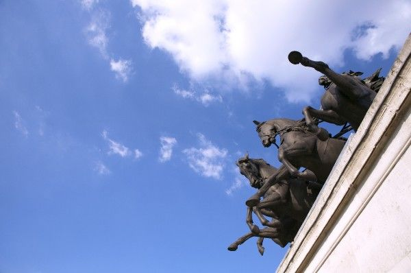 THE WELLINGTON ARCH, London. View up towards the quadriga