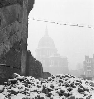 St Pauls Cathedral in bomb damaged surroundings AA093716